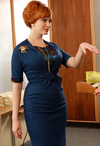 Joan Holloway con otro vestido azul, y una pose muy sexy