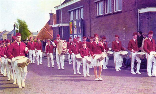 Begin jaren van de drumband met majorettes in 1967