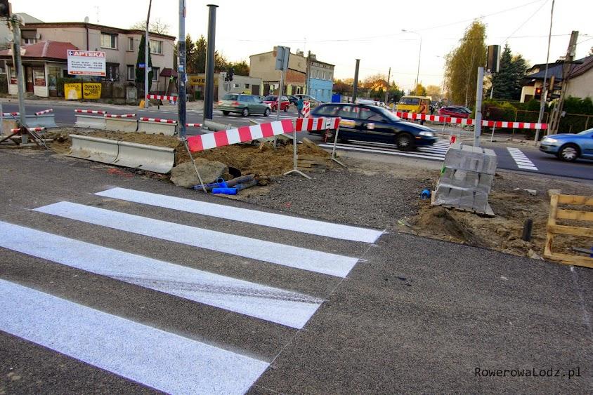 Standardy ZDiT: asfalt dla samochodów gotowy i nawet pomalowany. Miejsce dla pieszych do chodzenia w stanie rozsypki! Miejsca na przejazd dla rowerów już zabrakło.