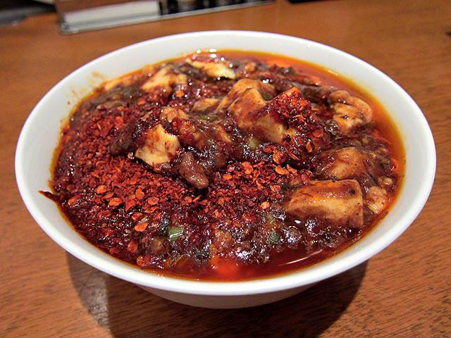 赤を通り越して黒々とした麻婆豆腐は辛そうな色をしています