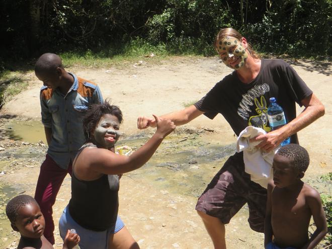 Lokale Xhosas bezoeken ook de  moddergrotten en zwavelbronnen in Isinuka, bij Port St. Johns, East Cape - Zuid Afrika
