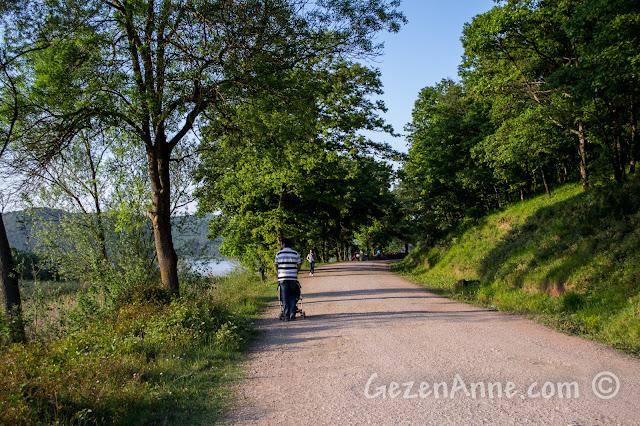Sakarya Poyrazlar Gölü çevresinde yürürken