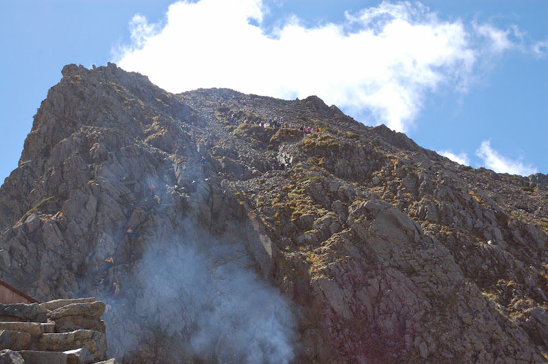 奥穂高岳の登山者の列