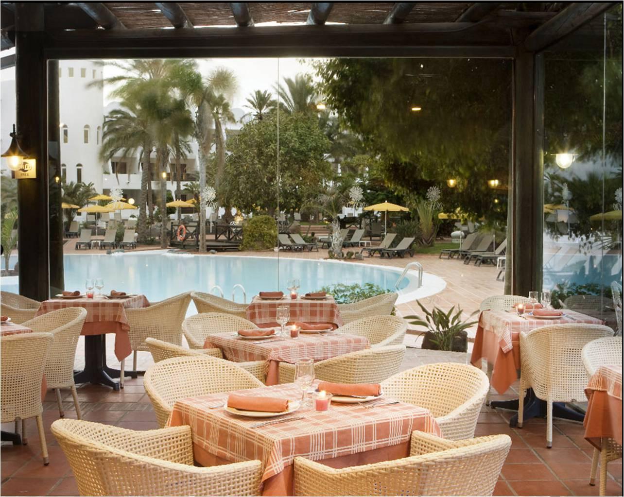 De lo bueno lo mejor hotel h10 timanfaya palace for Alberca restaurante