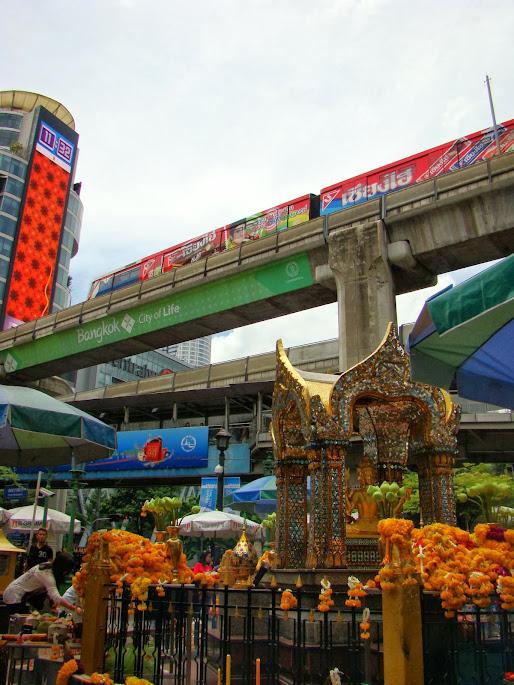 Templo budista en un cruce de infraestructuras junto a centro comercial
