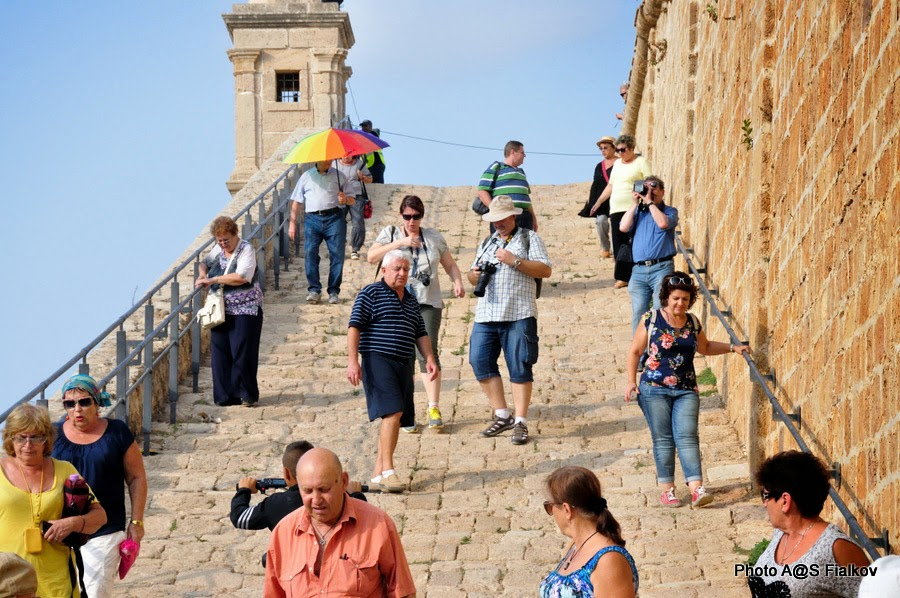 Акко, спуск с крепостной стены в город. Экскурсия по Западной Галилее. Гид в Израиле Светлана Фиалкова.
