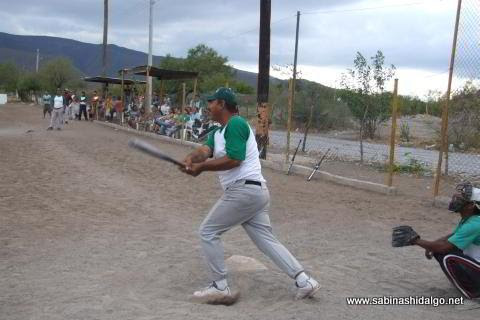 Luis Antonio Santos bateando por Perrones en el softbol del Club Sertoma