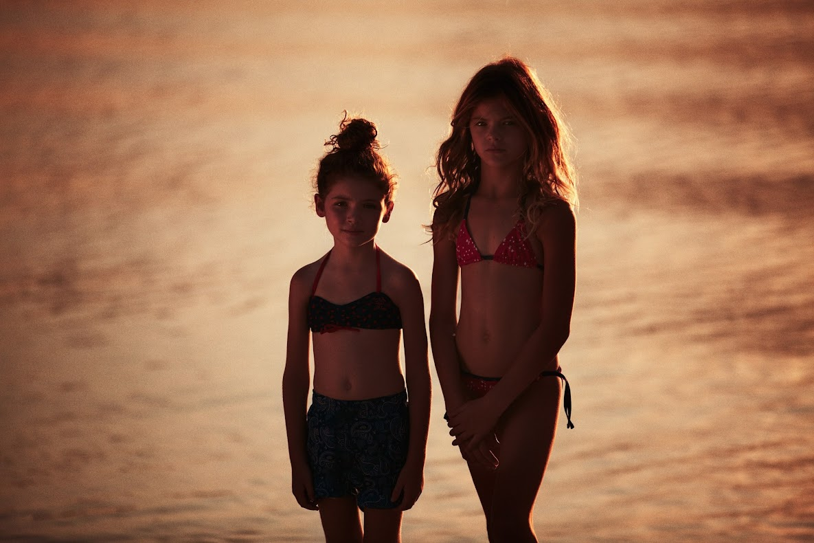 Ikks beachwear for boys & Girls, color en la piscina y en la playa