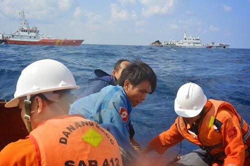 Cứu ngư dân ở Hoàng Sa giữa gọng kềm tàu Trung Quốc - ảnh 6