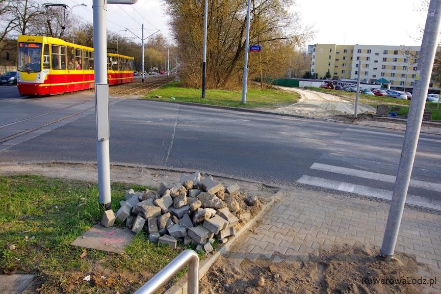 Słupy sygnalizatorów już stoją i widać, gdzie będzie przejazd dla rowerów.