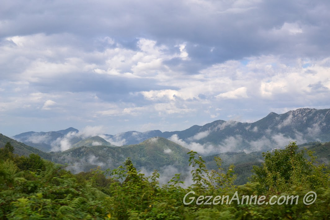 Cide'nin hemen arkasındaki yüksek dağlar