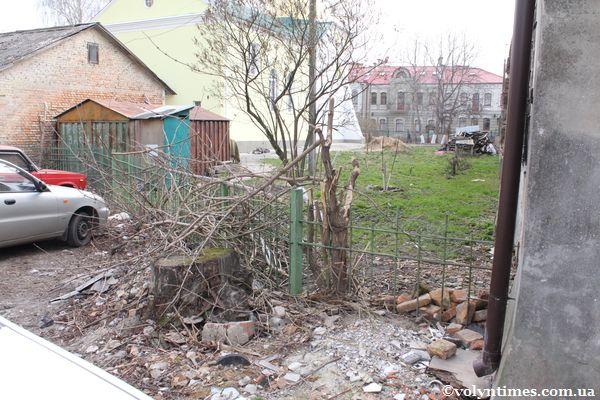Охоронна зона двох пам'яток - Хрестовоздвиженської церкви і Монастиря Василіанів