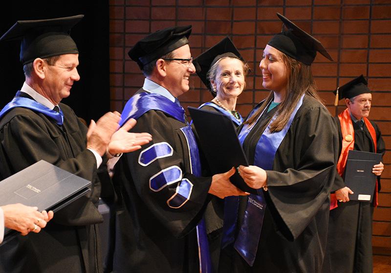 El Dr. Julio César Calvo entrega el título a Estephanía, quien tuvo graduación de honor por su buen rendimiento.Foto: Ruth Garita/OCM.