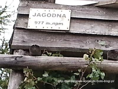 na zdjęciu tabliczka ze szczytu Jagodnej 977 m n.p.m.