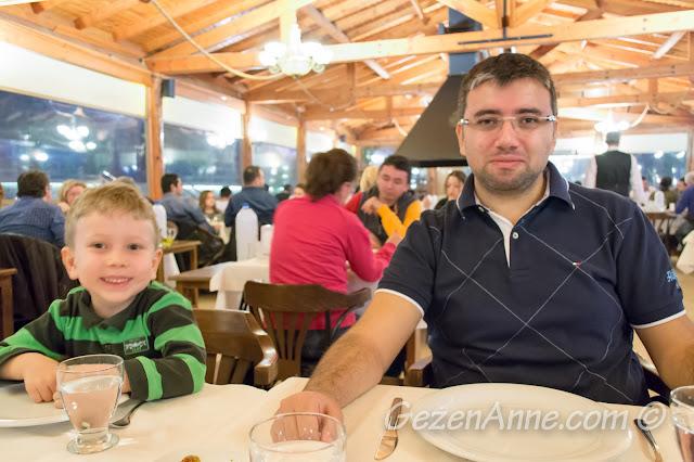 Akın'ın Yeri'nde yemek yerken, Özbek Köyü Limanı Urla