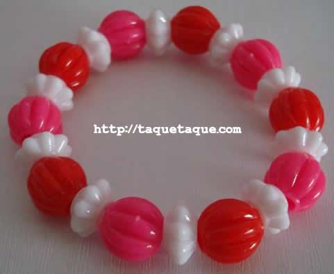 pulsera con abalorios rojos, rosas y blancos