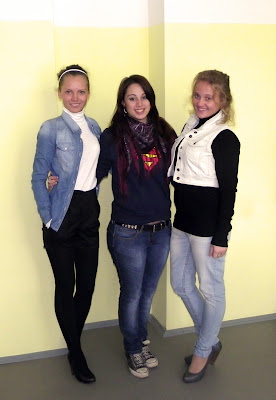 Мелисса (в центре) с одноклассницами 11 класса СОШ №8.
