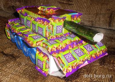 Подарок папе - танк из конфет