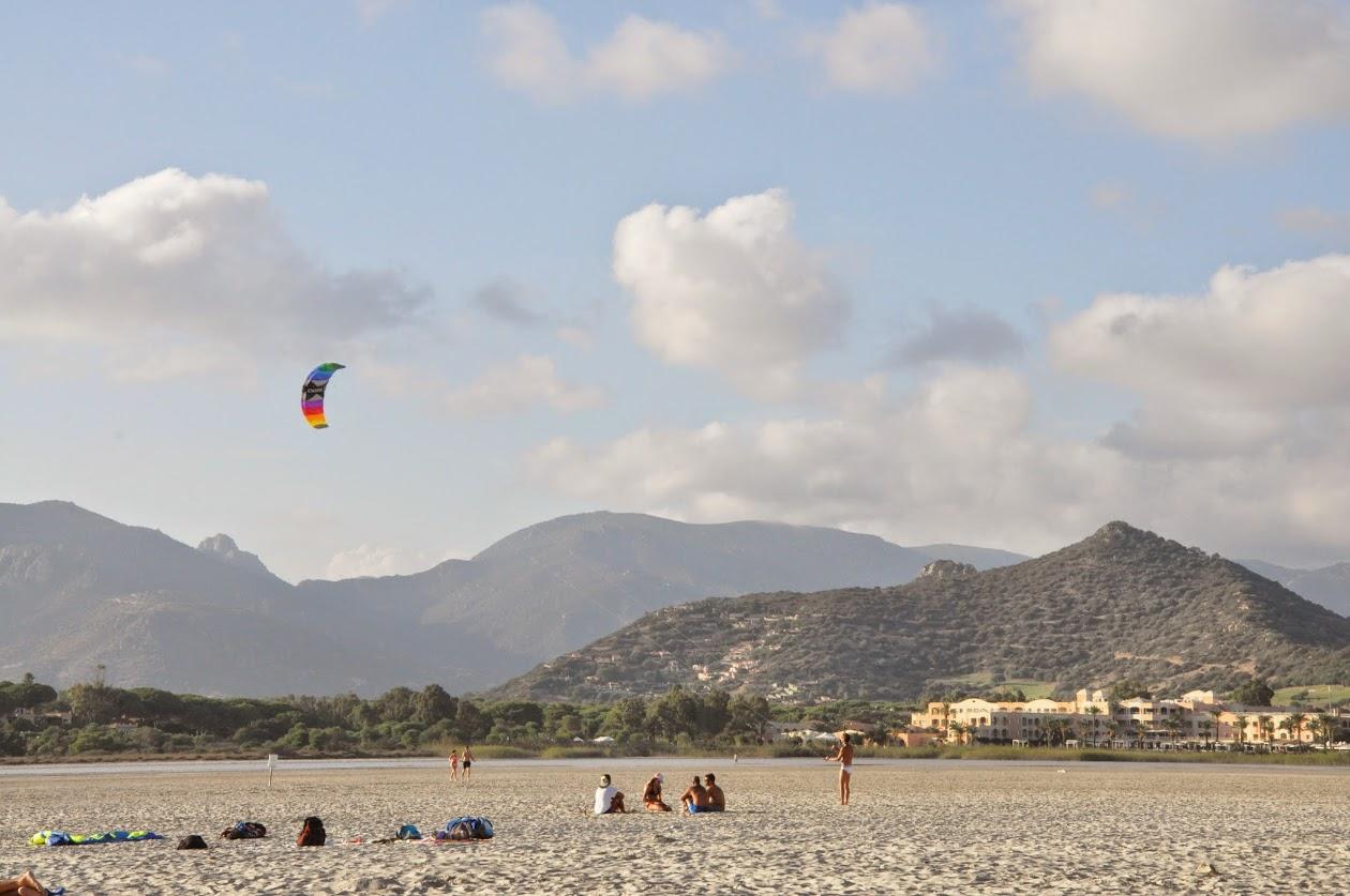 Воздушный змей на широком пляже