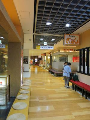 アミュプラザ地下の飲食街「鹿児島、味の小径」にこむらさきはあります。