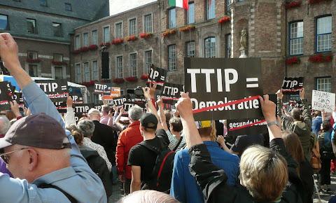 Gegendemonstranten mit ihren Pappschildern gegen TTIP.