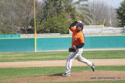José Leza de León de Mineros de Vallecillo en el beisbol municipal