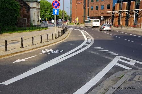 Pas ruchu dla rowerów w miejscu nieco zawężonych pasów dla samochodów