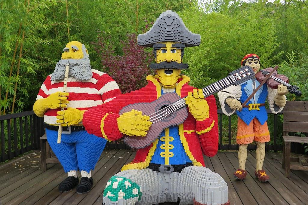 Legofiguren stehen an jeder Ecke