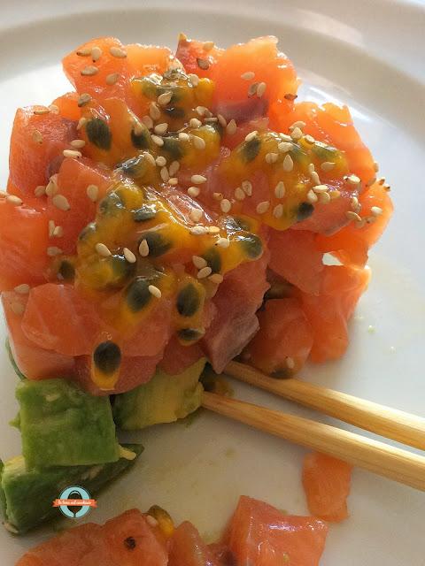 tartare di salmone fresco e avocado o piatto del compromesso