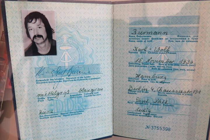 Auch persönliche Dinge, wie der Pass von Wolf Biermann sind ausgestellt