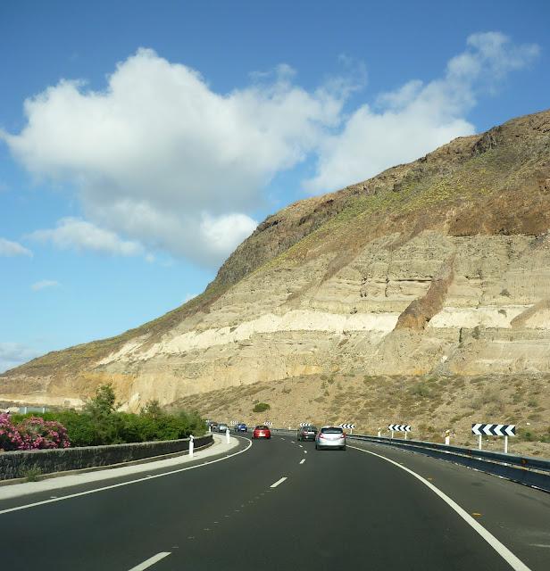 Wolke über Autobahn auf Gran Canaria