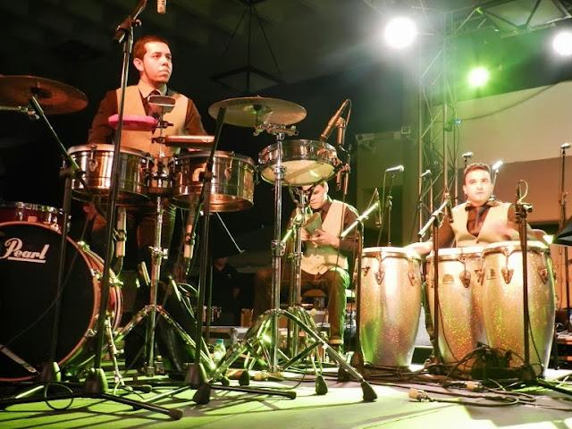 El sabor y la fuerza de los percusionistas de la orquesta latino caribeña incrementa el alto nivel de ejecución de piezas de origen latinoamericano