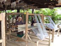 朝早くから集まって機織りに余念がない近所の農家の主婦たち。おしゃべりに興じることもなく黙々と機を織る。