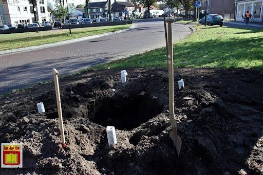 burgemeester plant lindeboom in overloon 27-10-2012 (1).JPG