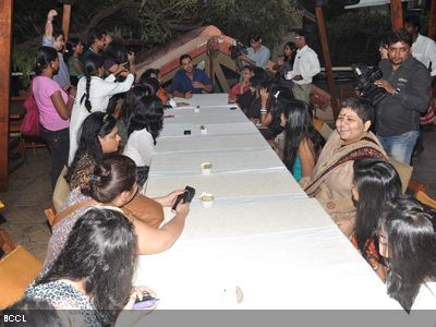 The ladies too were having a great time chatting up with the hunk.(Pic: Viral Bhayani)