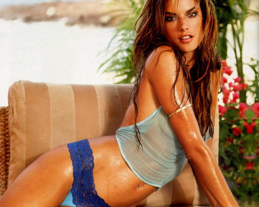 Alessandra Ambrósio in Sexy Bikini