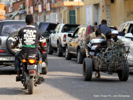 A cause de rareté de transport en commun après la fête de nouvelle l'an 2013, des charretiers transportant des personnes vivant avec handicap du Beach Ngobila dans la commune de la Gombe à Kinshasa vert la cité. Radio Okapi/Ph. John Bompengo