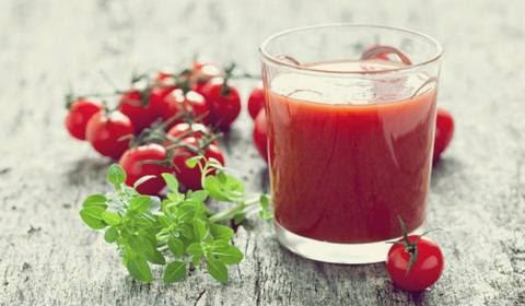 membuat jus tomat untuk merawat kulit