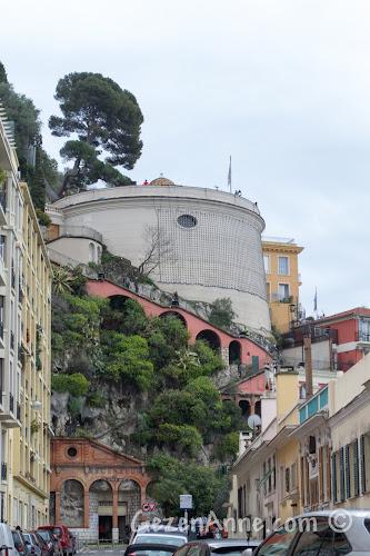 Nice'teki Le Chateau ve şatoya çıkan asansör