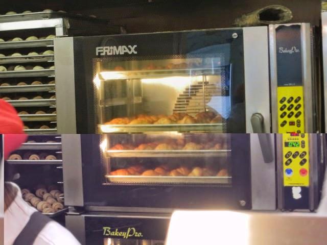 売り場の後ろにはオーブンがあり、焼きたてクロワッサンを順次補給されてる