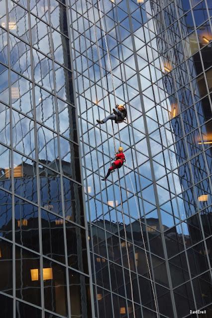 Descente en rappel sur la tour BNP à Montréal
