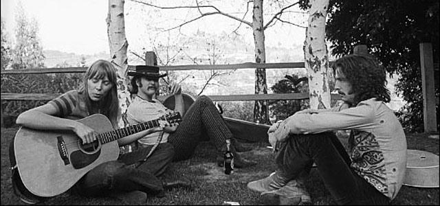Джони Митчелл исполняет песню на заднем дворе в доме Касс Эллиот в Лорел каньоне; слушают её Дэвид Кросби и Эрик Клэптон, 1968 год.