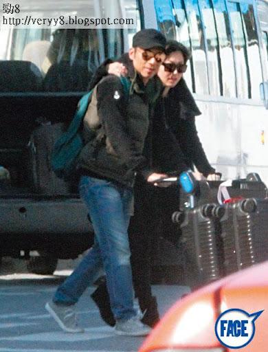 17/2 2:00pm <br><br>一出機場, Sammi即刻搭住男友膊頭,氹到安仔笑曬。