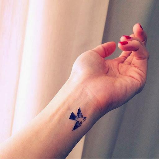 Over 1000 idéer om Bird Wrist Tattoos på Pinterest