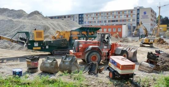 Baustelle, Schutt und neues Krankenhaus.