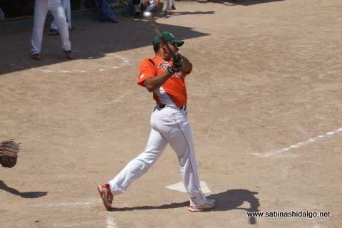 Iván Buentello bateando por Picapiedras en el softbol dominical