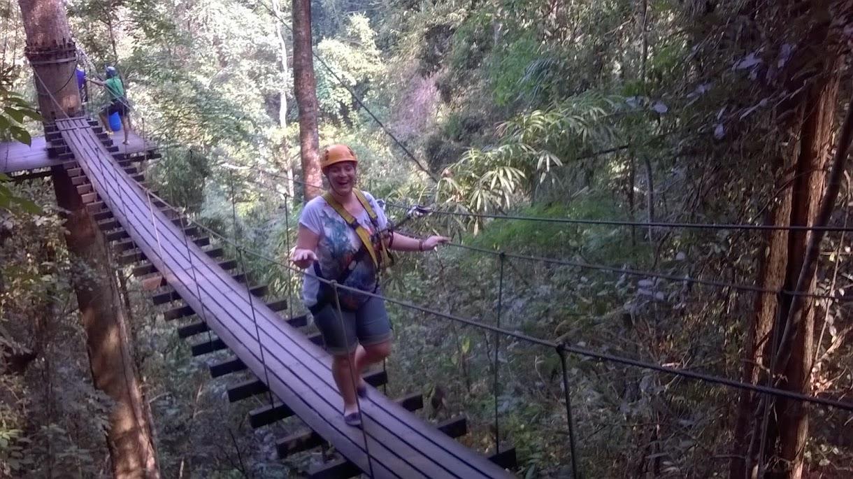 Überqueren einer Hängebrücke