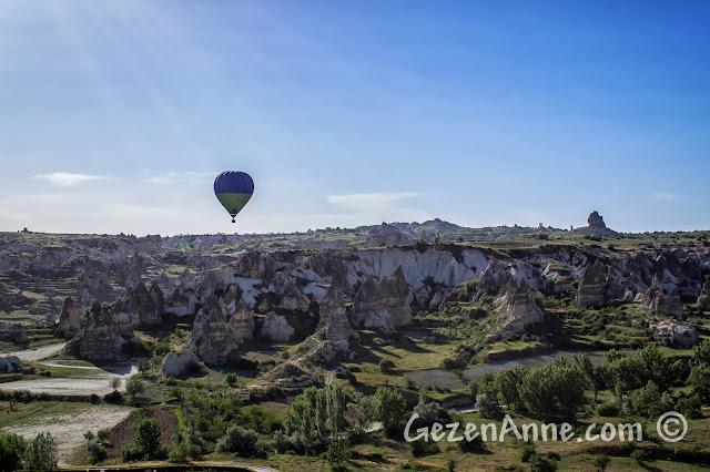 Kapadokya'da Göreme'de Zemi Vadisi üzerinde balonları seyrederken