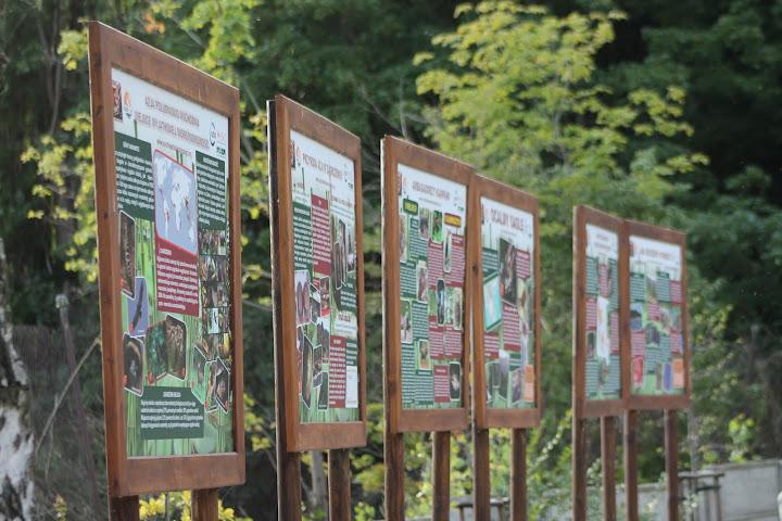 Tablice poświęcone kampanii EAZA - znajdują się naprzeciwko wybiegu gibbonów