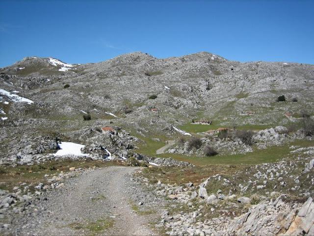 Rutas Montaña Asturias: Vega la Cueva, grupo de cabañas